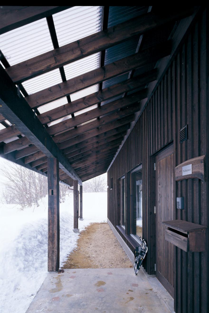 アプローチの屋根には、光を通すポリカーボネイトを使用した。