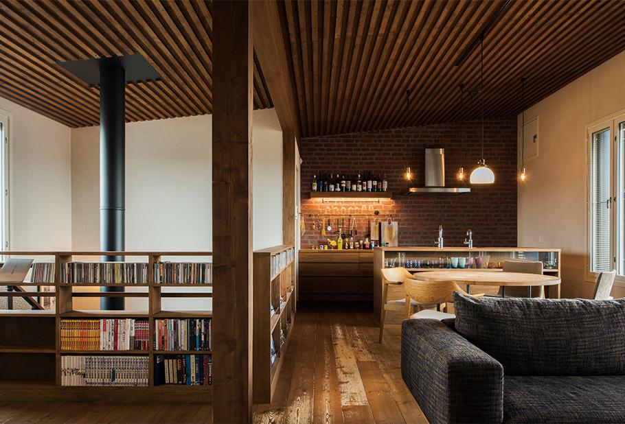 写真:木、レンガ、アイアンといった自然の素材を生かして丁寧にしつらえた空間は、大人の2人住まいにふさわしい端正な佇まい