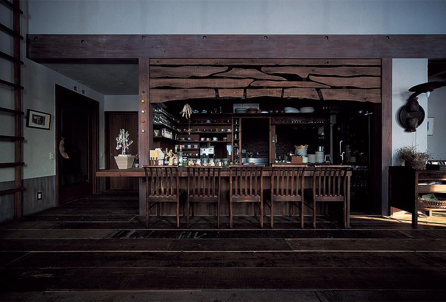 写真:カウンター席の頭上にある欄間は平田さん夫妻と友人たちの力作。店を建てる際に出た端材を利用して存在感のある太い梁に負けない、遊び心いっぱいの欄間をつくり上げた。カウンター内の棚も手づくりだ