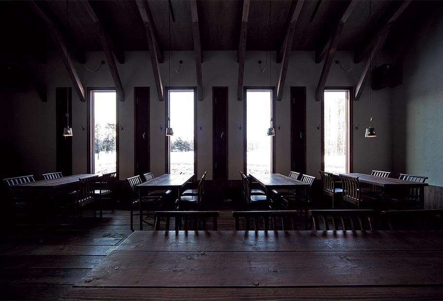 写真:窓は小さめにし、明るすぎず落ち着いた空間に。細く長い窓から外の景色を眺められるのも明暗のコントラストがはっきりとしていてよい