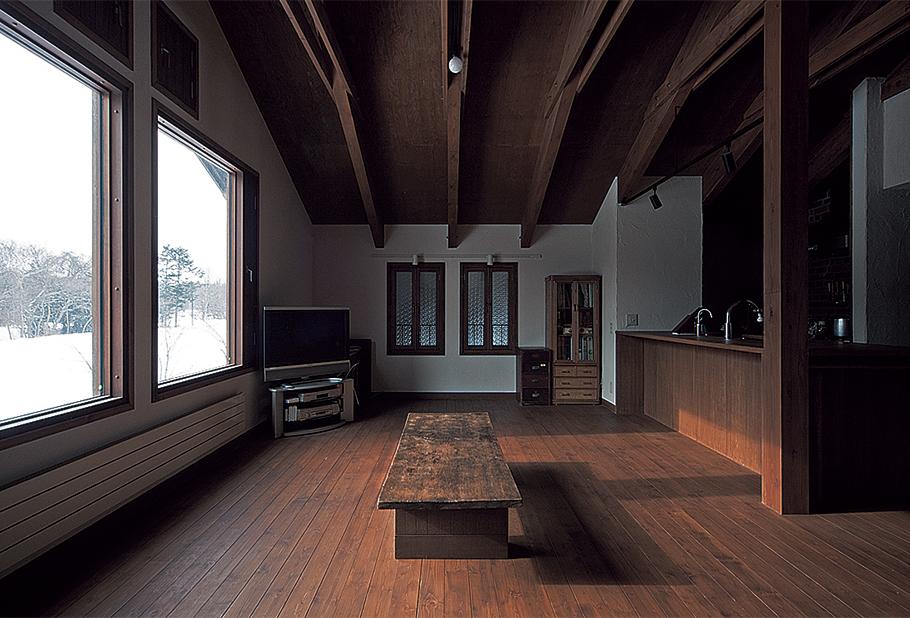 写真:2階にある自宅リビングには、店に面した壁にアンティークの磨りガラス窓をつけ、店の様子がそれとなくわかるようにしてある。大きな窓の外には野幌の大自然。平田さんが望んだ景色が広がる