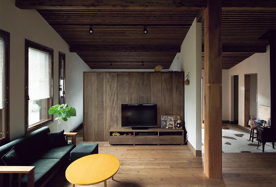 写真:リビングと奥の寝室は収納で間仕切っている。天井付近を開放して奥行きを出し、ゆとりを生んでいる