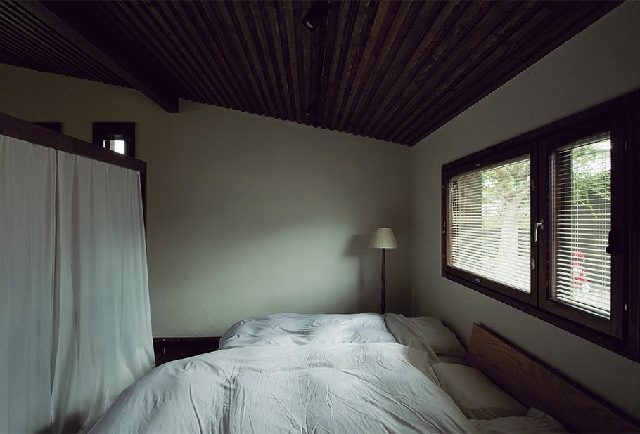 写真:寝室。だんだんと天井が低くなっているが、寝ることが主となるため、むしろ落ち着く空間