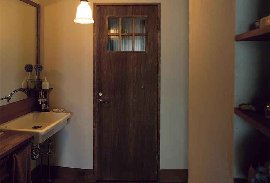 写真:施工を担当した原田組が保管していた波板ガラスが正面トイレのドアに使われたり、古い板材がキッチンの飾り棚に使用されたりと、古いものと新しいものがうまく共存している