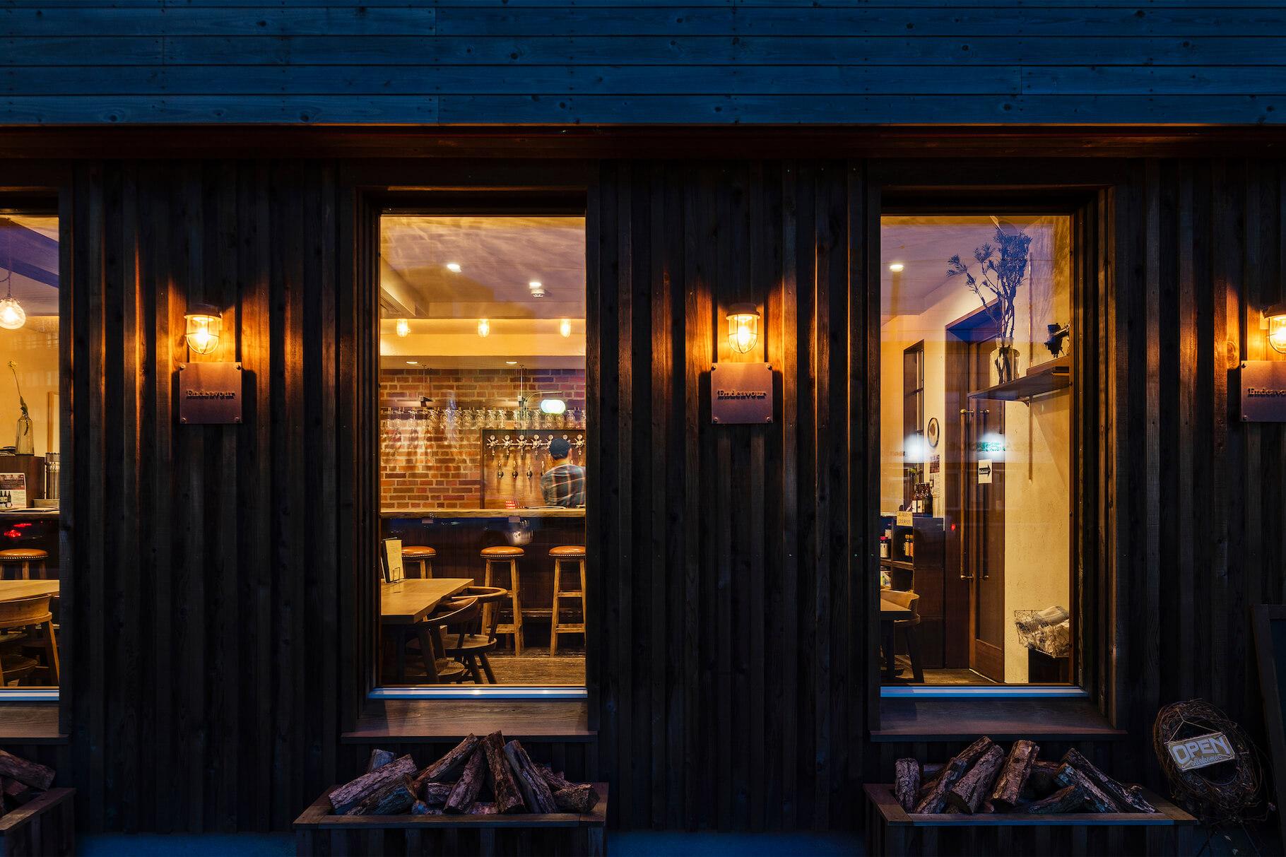 写真:窓越しに見る店内の様子。外壁は杉板を古美仕上げに