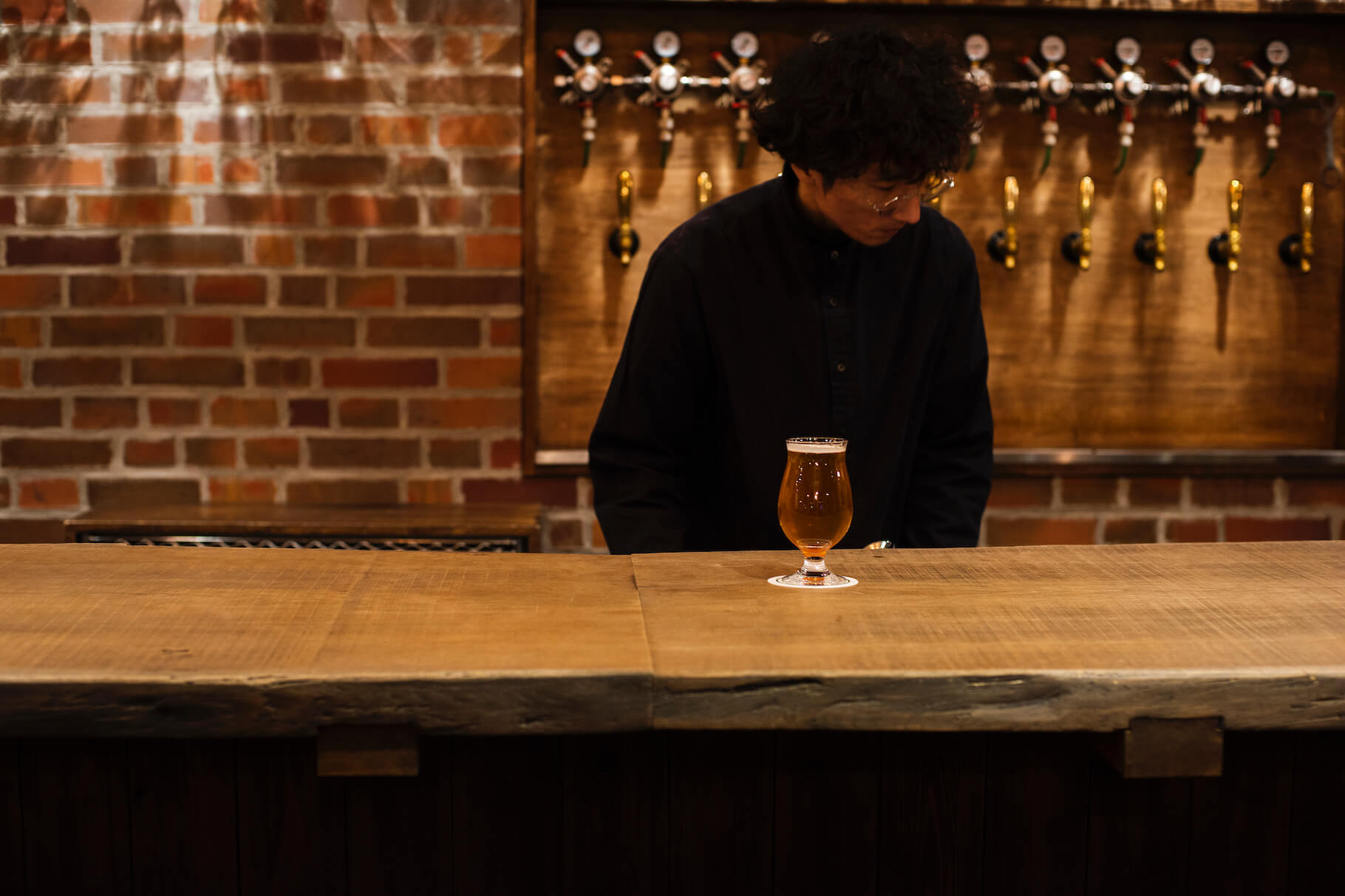 写真:道産ミズナラ3.5メートル2枚つなぎのカウンターで至福の一杯