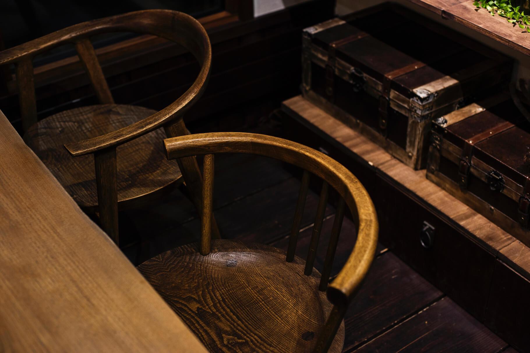 写真:テーブル席の椅子はラフデザインを起こして、木工家高橋三太郎氏に依頼