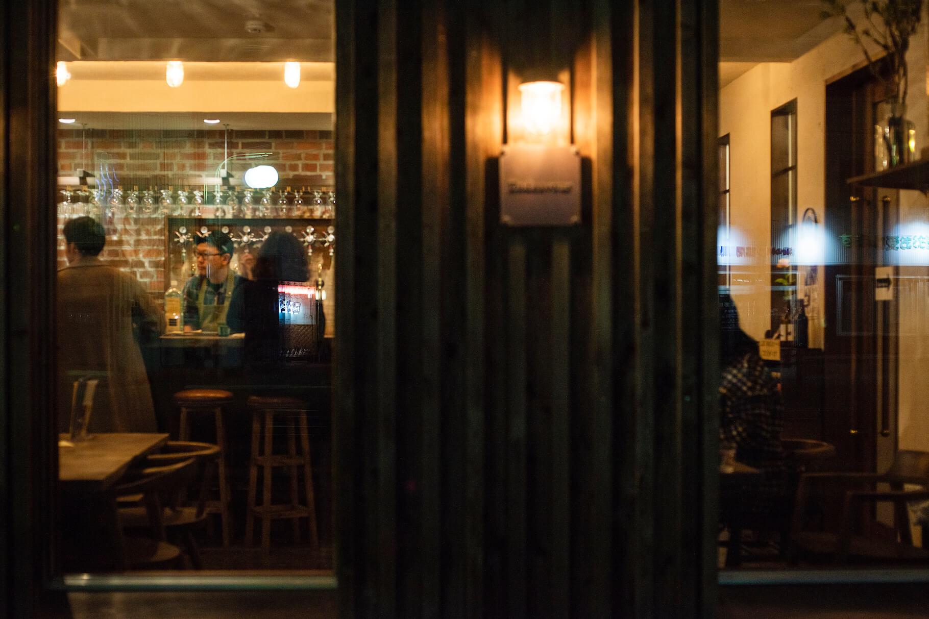 写真:真鍮のエンブレムと店舗