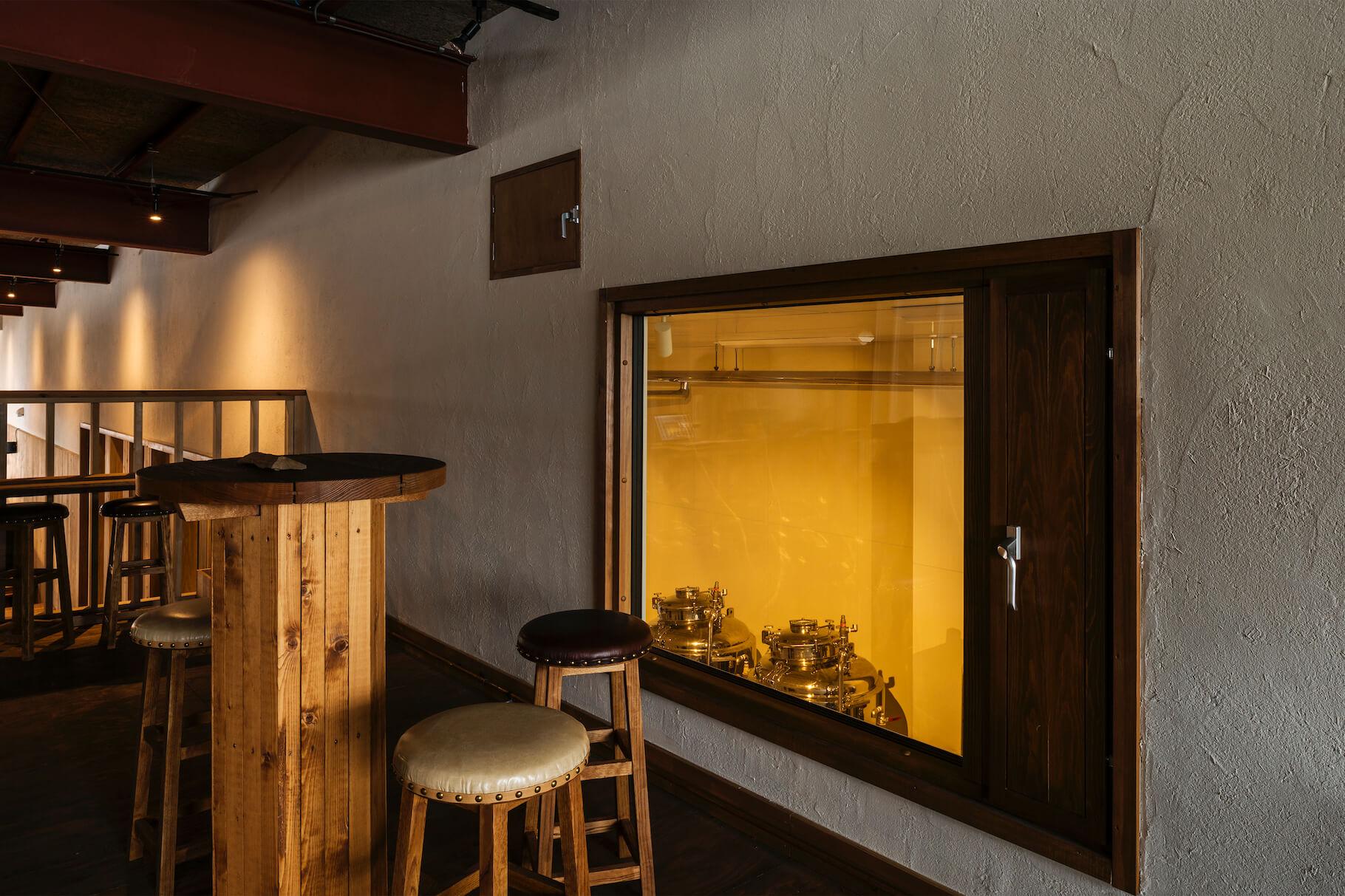 写真:2階立ち飲みテーブルとスツール