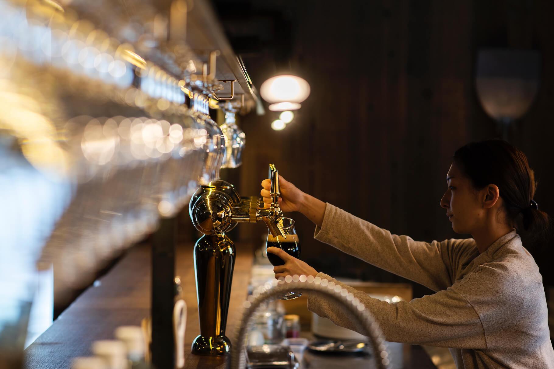 写真:ビールのサーブをする女性