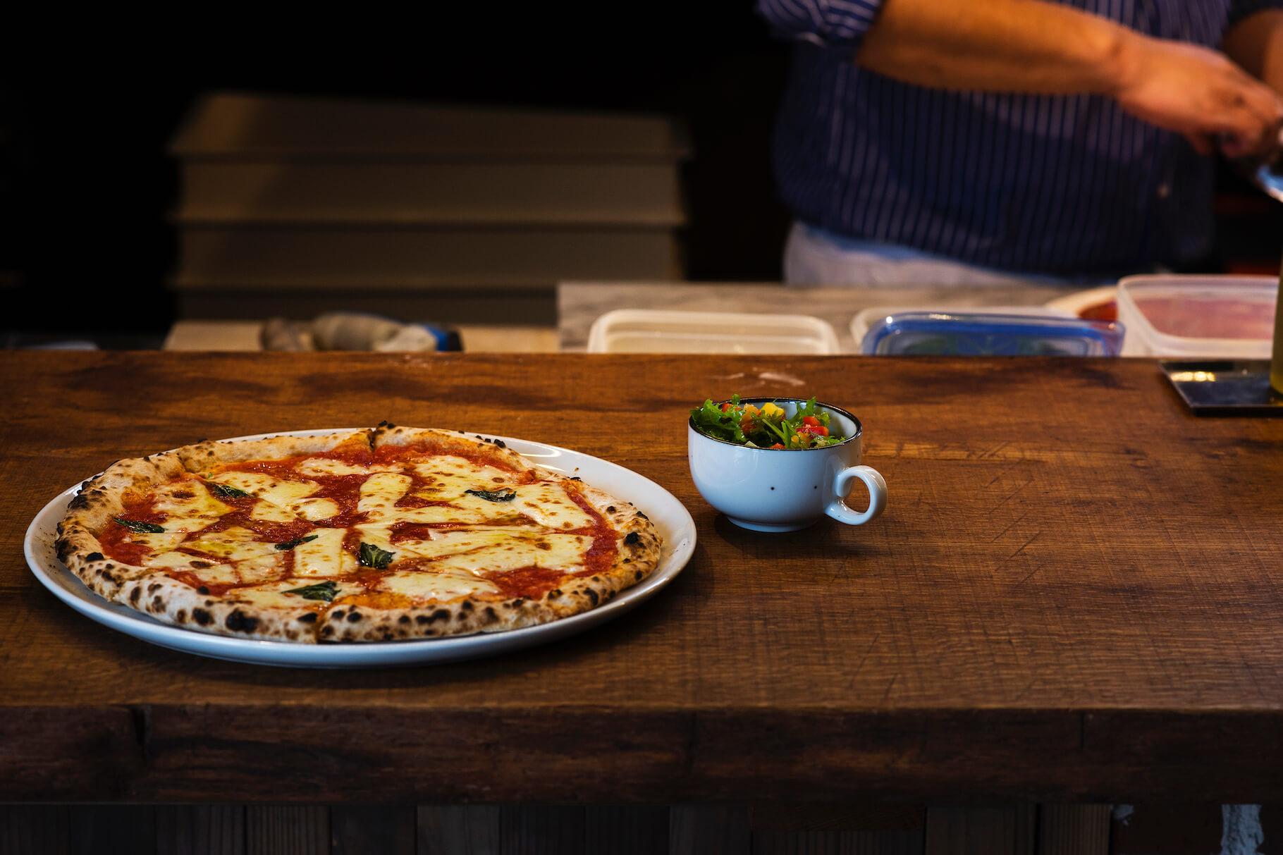写真:石窯で焼いたピッツァ。マルゲリーはシンプルながら素晴らしい