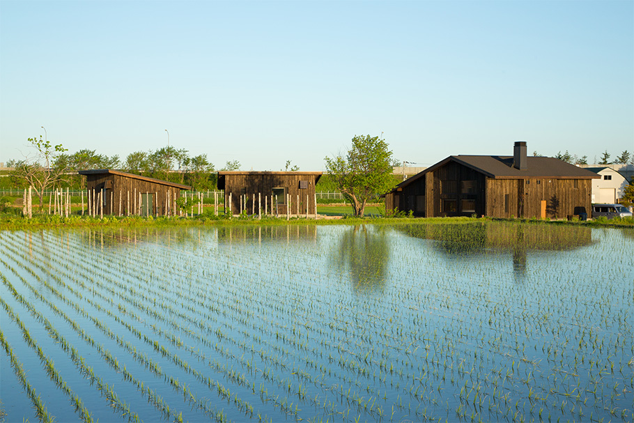 写真:目の前に田園が広がる豊かな環境の中に、レストランと併設菓子工場、家族で宿泊できる離れ二棟がある