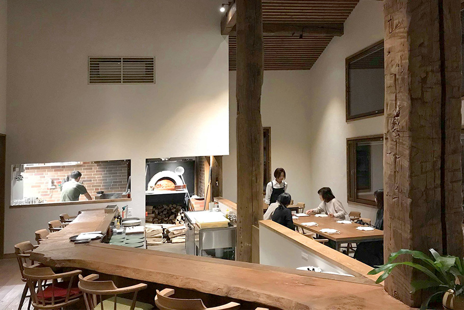 写真:これまでも多くの仲間と自然農での米や野菜づくり、料理探検などを続けていた鈴木さんたち。発展させた形の施設を考えていた