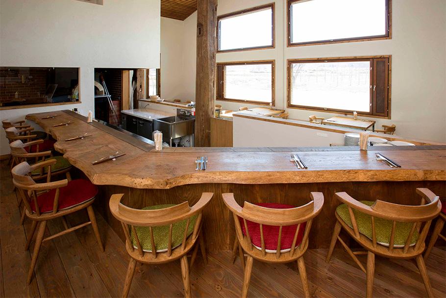 写真:レストランのカウンター