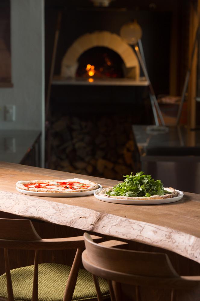 写真:石窯で焼かれたピザは絶品