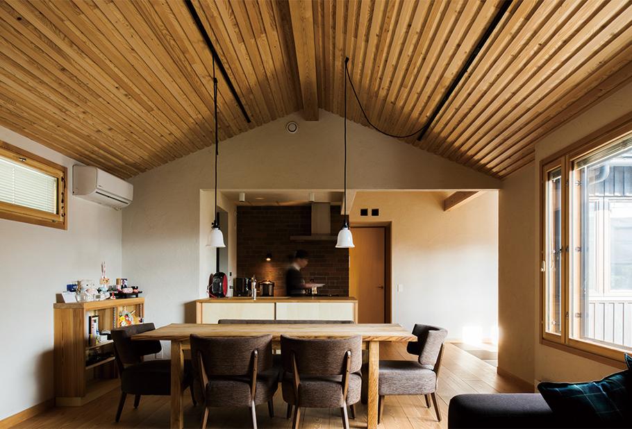 写真:2階Kさん世帯のダイニング・キッチン。ガス台正面のレンガ壁は親世帯でも採用。油はねが気にならず手入れが楽とKさんの奥さん、お母様から好評