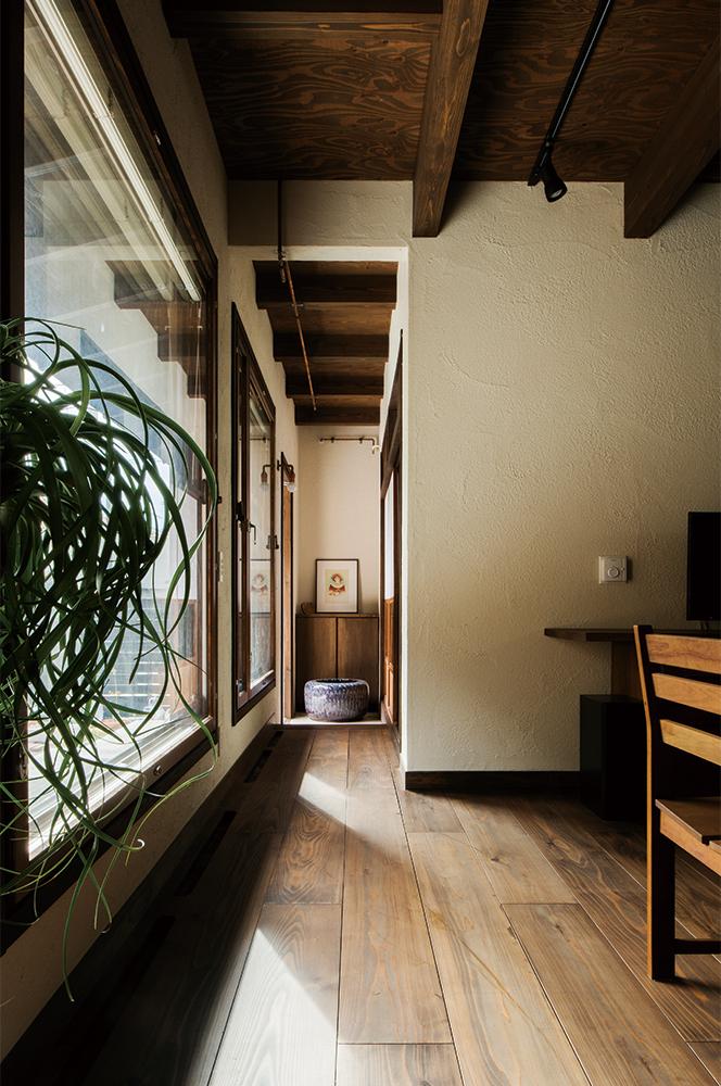 写真:玄関からダイニングへは大きな窓が2面。庭の木が育ったらダイニングへのアプローチとしても楽しみ