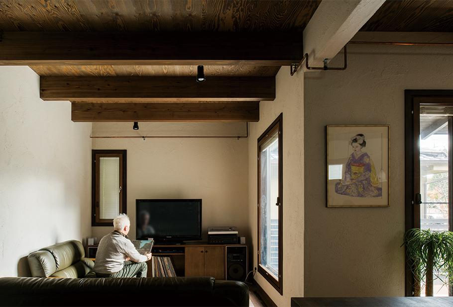写真:1階リビング。オーディオ台は引っ越し祝いとしてお父様のいとこから贈られたイージーオーダーのもの
