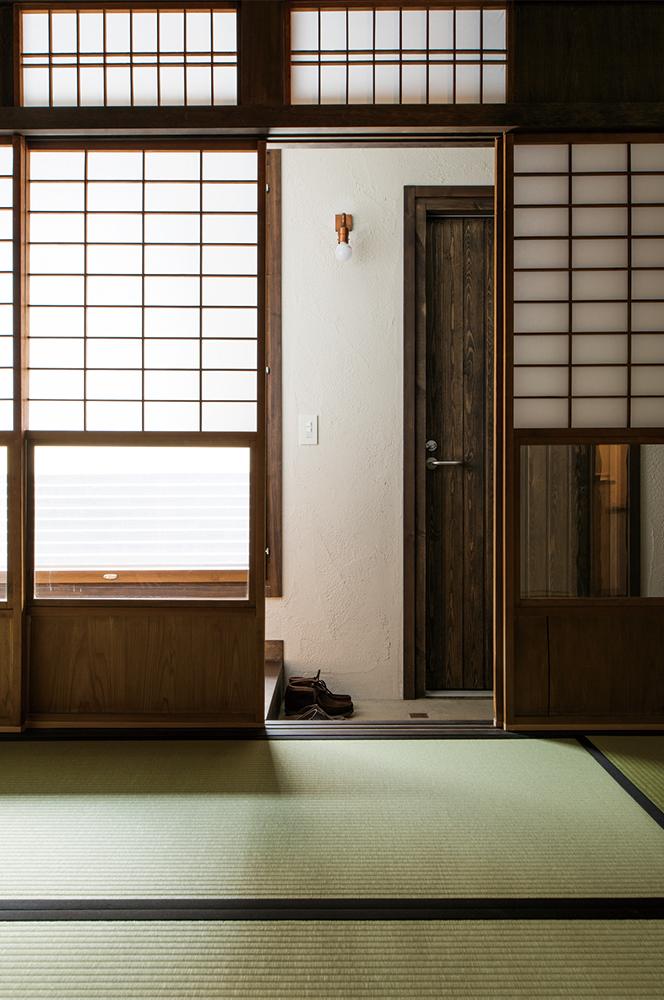 写真:和室からみた親世帯の玄関