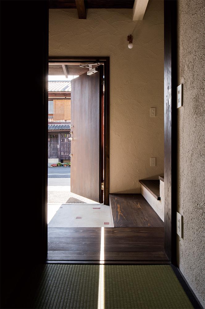 写真:親世帯の玄関から見て90度の角度の位置にある子世帯の玄関