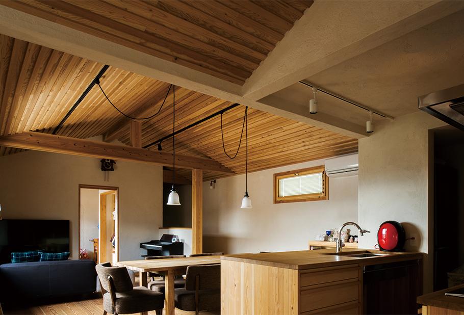 写真:2階のダイニング。キッチンの天板を木にするのは大反対だったという奥さん。しかし一年使ってみて大満足。「水や油の跡が全然気になりません。洗面台にも木を使いましたが、どちらも温かみがあってよかった」