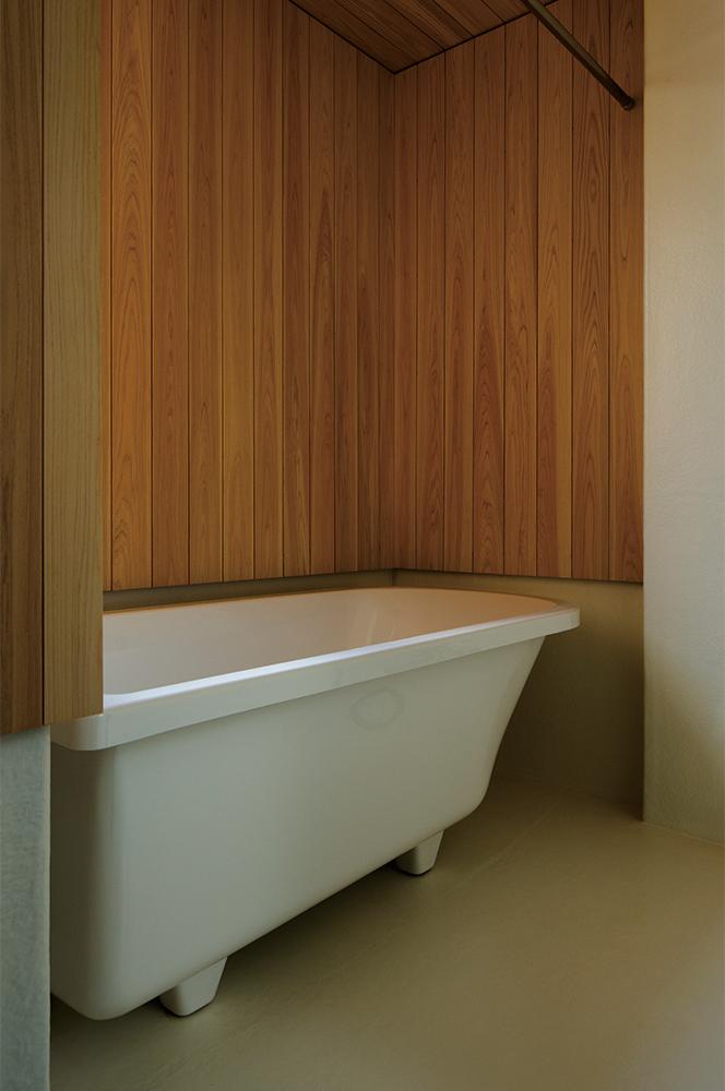 写真:お風呂場にはヒーターを設置し、ヒートショックの心配もなく家の中で一番乾燥した場所に。洗濯物もすぐに乾きスギ板の壁もカビとは無縁
