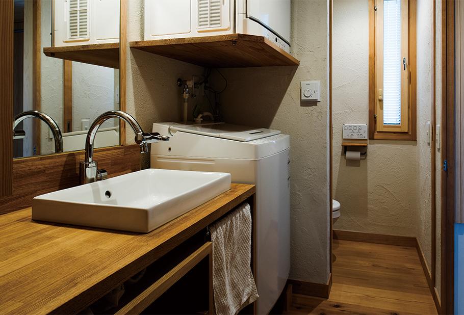 写真:壁はトイレも含めすべて塗り壁。「質感がいいし音の反射が柔らかでアラも汚れも目立たないので」と、フーム空間計画工房では現在100%塗り壁を採用