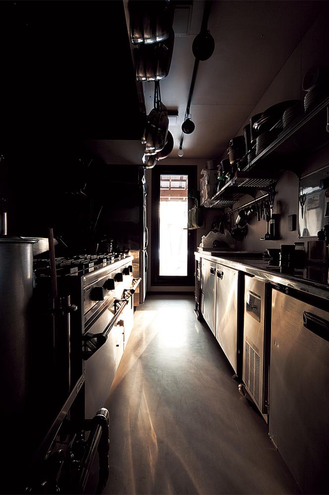 写真:最も苦心した厨房。家庭用のキッチンとは異なり同時に何種類もの料理を作るための動線や効率的なオペレーションを考えて設計。勝手口がつけてあり、畑から収穫した野菜をすぐに厨房へ運び調理できる