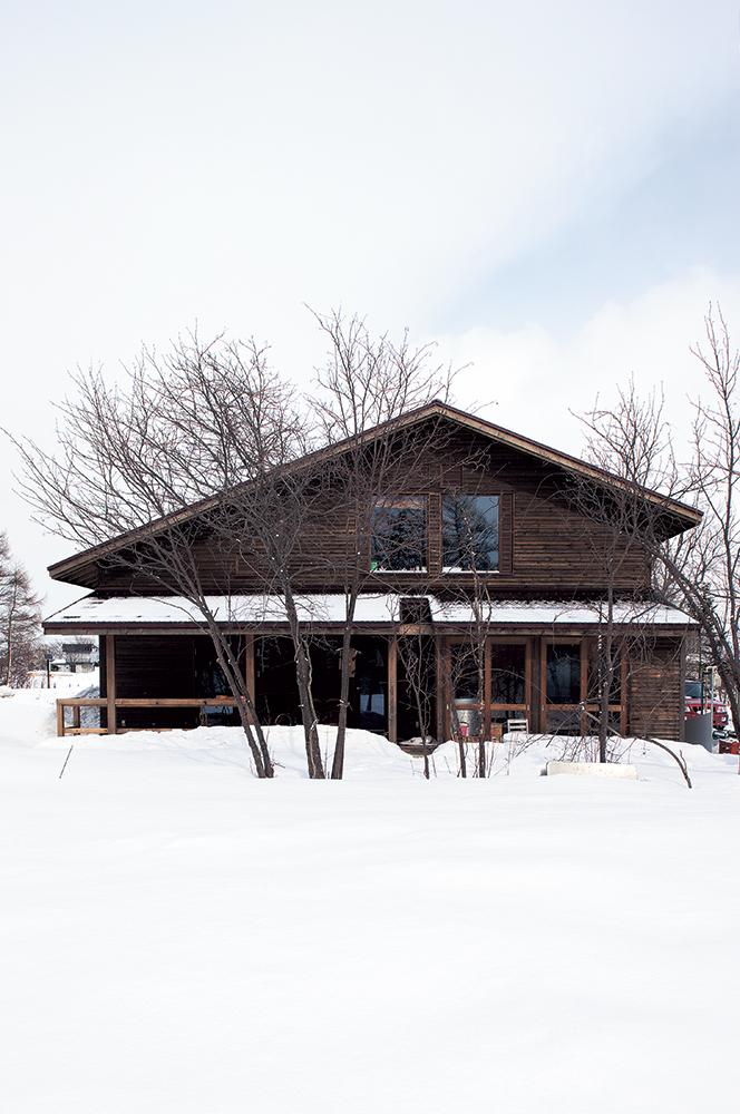 写真:雪景色の中、美しく佇む「La Forchetta」。nどの季節にもそれぞれの魅力があり、その環境に溶け込むような建物になっている
