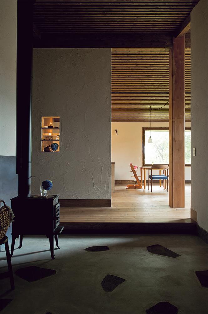 写真:玄関を入るとまず広い土間。建物の住宅性能を高めているので、間仕切りのないオープンな空間でも家全体が暖かい。土間に蓄えられる熱も室内環境の快適性に一役買う