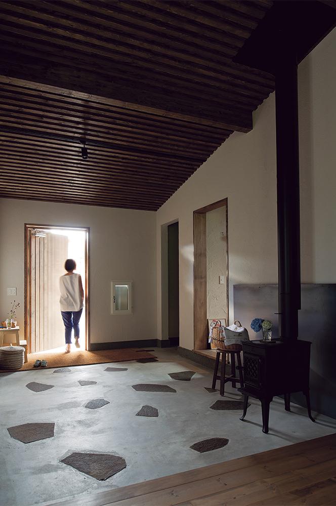 写真:土間は室内として扱い、右に子ども部屋、左に寝室がある。冬は蓄熱により暖かく、夏はひんやりと心地よい