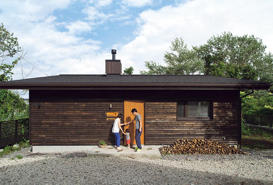 写真:9m×10mの正方形に近いフロアを持つ、コンパクトな平屋。この地にもともと建っていた家も平屋だったそうで、手前にも家がある密集地のため、圧迫感を与えない形態となった