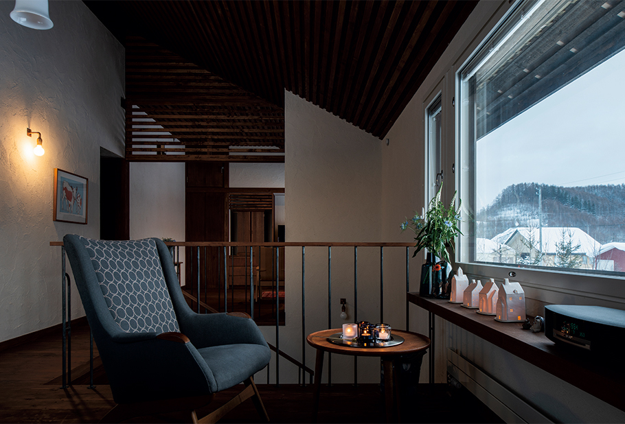 写真:天気の良い日には大雪山系が望める窓辺の造作カウンターは、パネルヒーターの熱が窓の下に伝わるようスリットが入っている