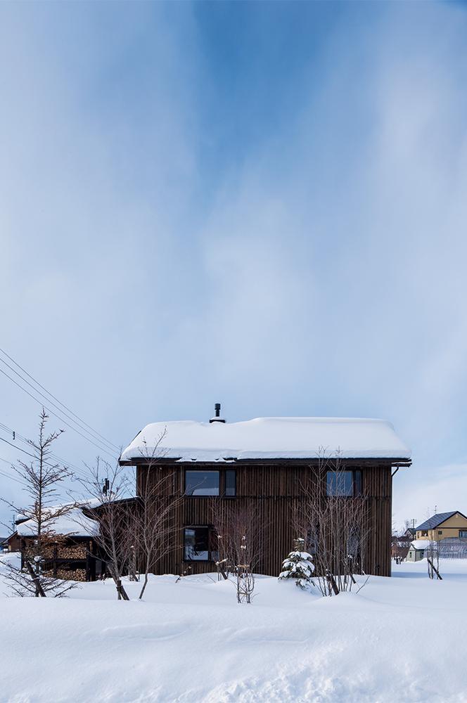 写真:北海道移住にあたってYさんがこだわったのは利便性よりも「地震が少なく、地盤のよい土地。その条件にかなったのが、東川町のホームページで紹介されていた分譲地だった。また、材料選びから工法に至るまで公共建築より厳しい独自の基準を設け管理するという、フーム空間計画工房の家づくりの姿勢にも、安心感を覚えた