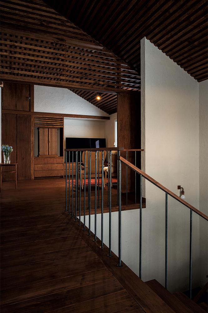 写真:階段ホールの奥は仏間を兼ねた予備室。家具のような仏壇は、当別町の家具工房「旅する木」で製作された特注品。造作引き戸で間仕切りもできる