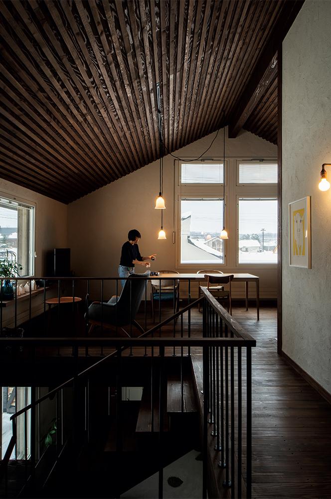 写真:屋根なり天井と開口が心地よい広がりを演出する2階LD。開放的な空間に、東川町で製作されたTIMEu0026STYLEのダイニングテーブルなど、インテリアが大好きなYさんが吟味した家具が映える